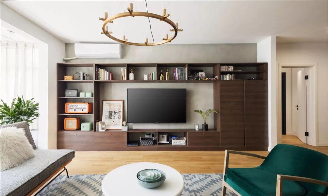 原木装修的气质简简单单的就展现出来,电视墙柜即解决了收纳问题,还提图片