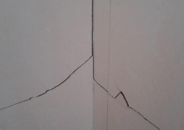 新房装修时选择全包,还没入住墙砖已经开裂,怎么破解? 多半会,新房,装修,选择,全包 第1张图片