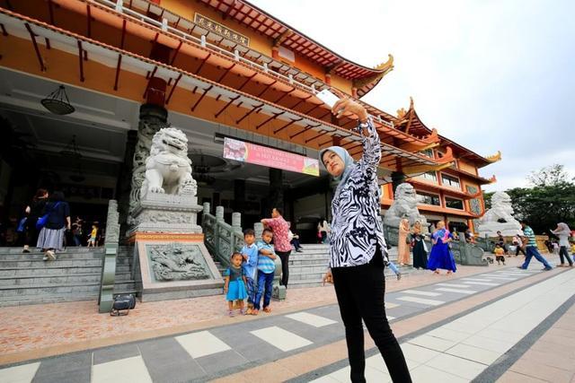 昔日印尼首富居然是广东人,娶欧洲美女为妻,后代已无华人长相 ... 闯关东,走西口,棉兰,昔日,印尼 第2张图片
