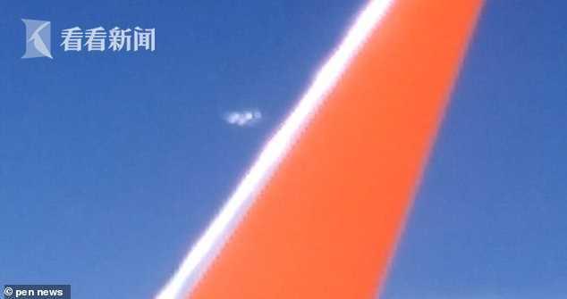韩国乘客在飞机上拍到神秘飞行物闪着光不停跳动 韩国,乘客,飞机,上拍,神秘 第2张图片