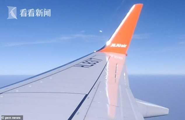 韩国乘客在飞机上拍到神秘飞行物闪着光不停跳动 韩国,乘客,飞机,上拍,神秘 第1张图片