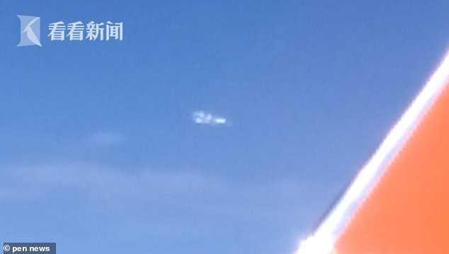 韩国乘客在飞机上拍到神秘飞行物闪着光不停跳动 韩国,乘客,飞机,上拍,神秘 第3张图片