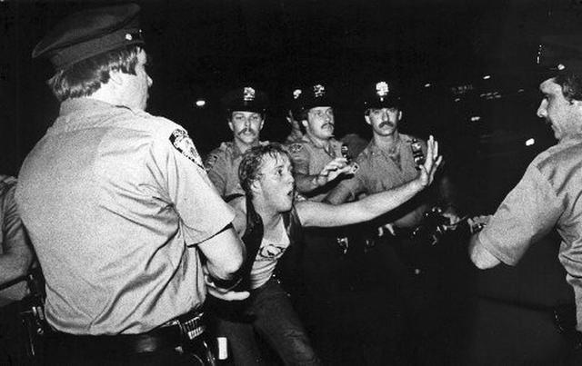 50年前纽约酒吧里的一场骚乱,和美国人的同性平权 | 石墙50年 ... 纽约,酒吧,骚乱,和美,美国 第2张图片