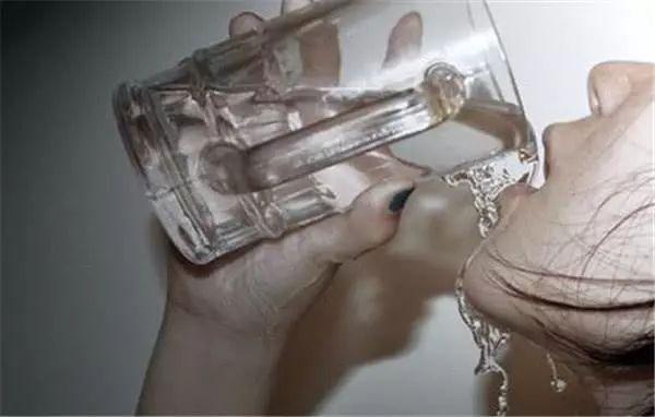 早上起床第一口水怎么喝?这2种水,千万别喝! 来源,低钠血症,早上,起床 第1张图片