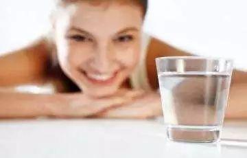 早上起床第一口水怎么喝?这2种水,千万别喝! 来源,低钠血症,早上,起床 第2张图片