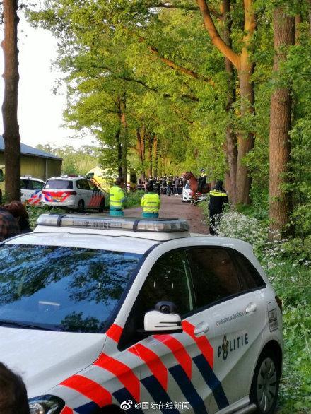 """荷兰养猪场发生对峙""""大战"""":素食主义者抗议,农民当场烤肉回击 ... 荷兰,养猪,养猪场,发生,对峙 第4张图片"""