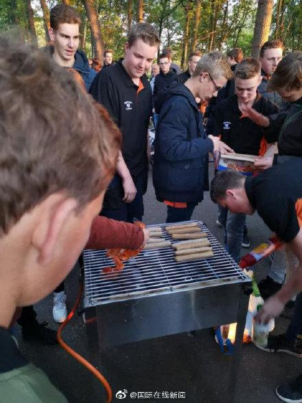"""荷兰养猪场发生对峙""""大战"""":素食主义者抗议,农民当场烤肉回击 ... 荷兰,养猪,养猪场,发生,对峙 第5张图片"""
