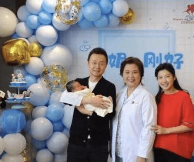 43岁央视主播刚强喜得爱子,妻子竟是北京卫视当家花旦的她 刚强,主播,喜得,爱子,妻子 第3张图片