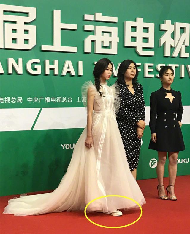继杨幂之后,陈都灵也穿礼服配运动鞋走红毯,轻盈灵动好似小仙女 ... 优雅,都灵,杨幂,之后,礼服 第4张图片