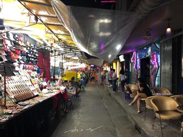 东西方文化的差异:泰国红灯区藏在夜市里,荷兰红灯区开在马路边 ... 马路,帕蓬夜市,刘小顺,东西方文化,差异 第2张图片