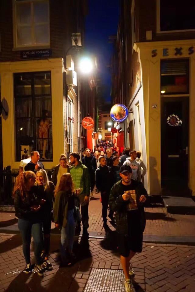 东西方文化的差异:泰国红灯区藏在夜市里,荷兰红灯区开在马路边 ... 马路,帕蓬夜市,刘小顺,东西方文化,差异 第5张图片