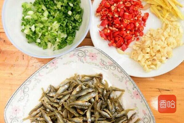 遇到这菜,我从不还价,每次必买,用来炸一炸,香味飘到隔壁 ... 小鱼,食谱,香酥可口,遇到,从不 第3张图片