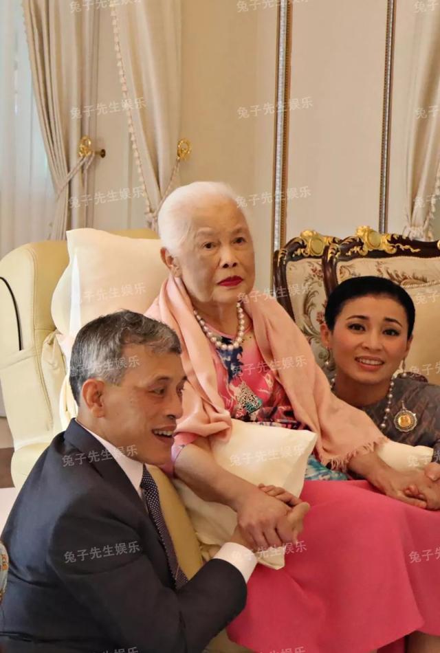 泰国王太后87岁生日,同时牵着儿子和儿媳妇,贵妃连面都露不上 ... 一生,一生兢兢业业,王太后诗丽吉,泰国,太后 第1张图片