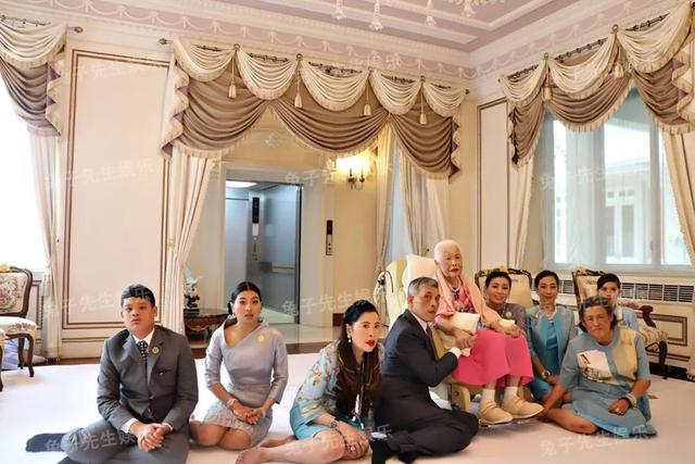 泰国王太后87岁生日,同时牵着儿子和儿媳妇,贵妃连面都露不上 ... 一生,一生兢兢业业,王太后诗丽吉,泰国,太后 第2张图片