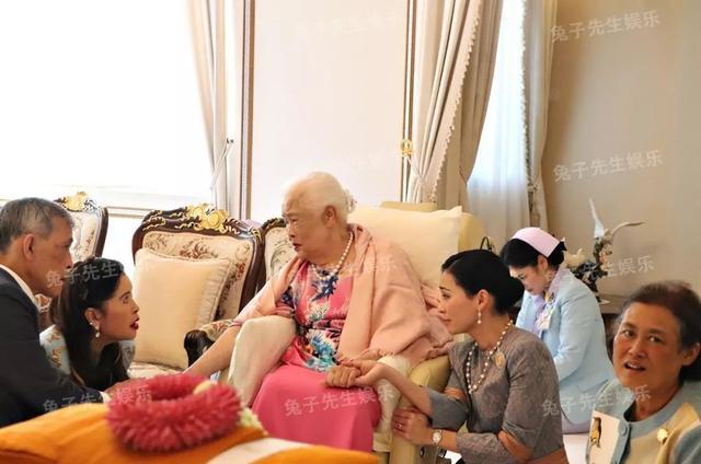 泰国王太后87岁生日,同时牵着儿子和儿媳妇,贵妃连面都露不上 ... 一生,一生兢兢业业,王太后诗丽吉,泰国,太后 第3张图片