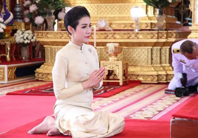 泰国王太后87岁生日,同时牵着儿子和儿媳妇,贵妃连面都露不上 ... 一生,一生兢兢业业,王太后诗丽吉,泰国,太后 第4张图片