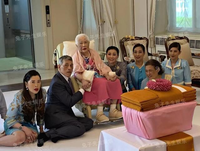 泰国王太后87岁生日,同时牵着儿子和儿媳妇,贵妃连面都露不上 ... 一生,一生兢兢业业,王太后诗丽吉,泰国,太后 第5张图片