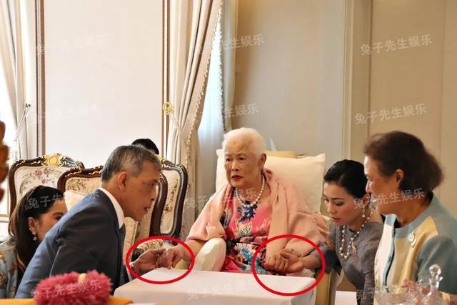 泰国王太后87岁生日,同时牵着儿子和儿媳妇,贵妃连面都露不上 ... 一生,一生兢兢业业,王太后诗丽吉,泰国,太后 第6张图片
