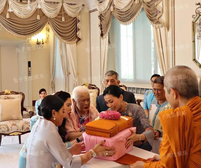 泰国王太后87岁生日,同时牵着儿子和儿媳妇,贵妃连面都露不上 ... 一生,一生兢兢业业,王太后诗丽吉,泰国,太后 第7张图片