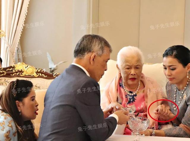 泰国王太后87岁生日,同时牵着儿子和儿媳妇,贵妃连面都露不上 ... 一生,一生兢兢业业,王太后诗丽吉,泰国,太后 第9张图片