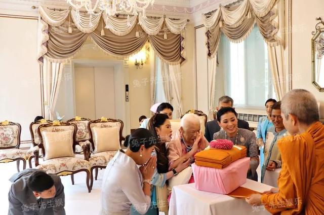 泰国王太后87岁生日,同时牵着儿子和儿媳妇,贵妃连面都露不上 ... 一生,一生兢兢业业,王太后诗丽吉,泰国,太后 第8张图片