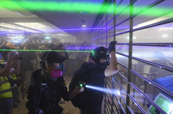 """香港暴徒用镭射照市民,遭怒斥:""""打爆你个头!"""" 来源,打爆你个头!,防暴警察,香港,暴徒 第1张图片"""