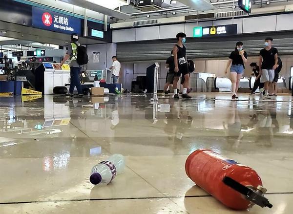 """香港暴徒用镭射照市民,遭怒斥:""""打爆你个头!"""" 来源,打爆你个头!,防暴警察,香港,暴徒 第2张图片"""