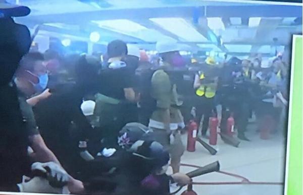 """香港暴徒用镭射照市民,遭怒斥:""""打爆你个头!"""" 来源,打爆你个头!,防暴警察,香港,暴徒 第3张图片"""