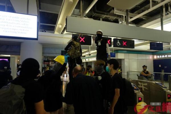 """香港暴徒用镭射照市民,遭怒斥:""""打爆你个头!"""" 来源,打爆你个头!,防暴警察,香港,暴徒 第5张图片"""