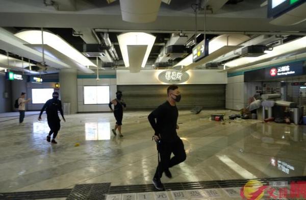 """香港暴徒用镭射照市民,遭怒斥:""""打爆你个头!"""" 来源,打爆你个头!,防暴警察,香港,暴徒 第6张图片"""