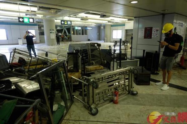 """香港暴徒用镭射照市民,遭怒斥:""""打爆你个头!"""" 来源,打爆你个头!,防暴警察,香港,暴徒 第7张图片"""
