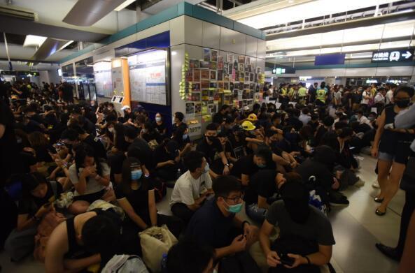 """香港暴徒用镭射照市民,遭怒斥:""""打爆你个头!"""" 来源,打爆你个头!,防暴警察,香港,暴徒 第8张图片"""