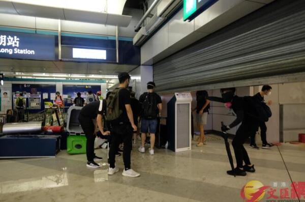 """香港暴徒用镭射照市民,遭怒斥:""""打爆你个头!"""" 来源,打爆你个头!,防暴警察,香港,暴徒 第10张图片"""