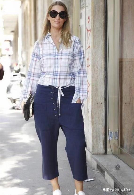 奶奶裤与衬衫结合,早秋的穿搭不用愁了 白色的,白衬衫,都可以,休闲鞋,整体的 第2张图片