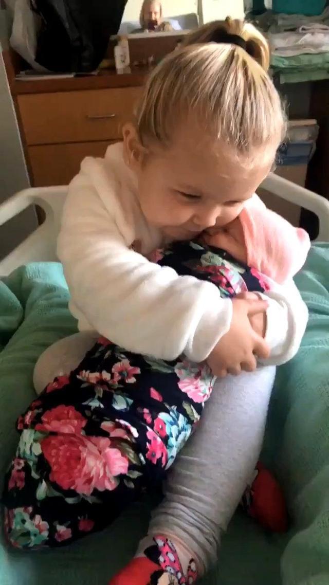 当姐姐了!3岁女儿初见新生妹抱紧处理,妈听暖心对话都融化了 ... 宾夕法尼亚,陪在你身边,不开心,平静的,时不时 第1张图片