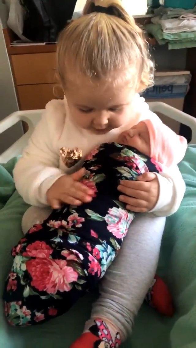 当姐姐了!3岁女儿初见新生妹抱紧处理,妈听暖心对话都融化了 ... 宾夕法尼亚,陪在你身边,不开心,平静的,时不时 第3张图片