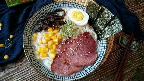 王思聪现身小餐馆,吃18元一碗豚骨拉面,买单的是小美女 个人财产,孤身一人,国民老公,流年不利,豚骨拉面 第4张图片