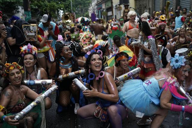 巴西狂欢节桑巴舞激情洋溢 总统批评行为太开放 嘉年华越走越偏?