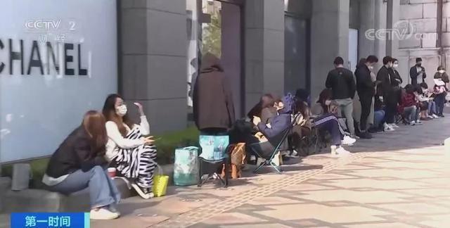 韩国青年排队抢购奢侈品 网友:大多是买手,为中国代购而买? 第1张图片