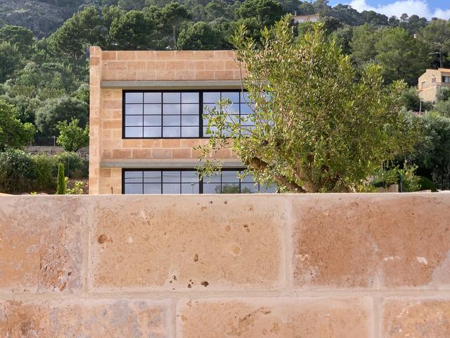 标致的西班牙原木风石屋 第1张图片