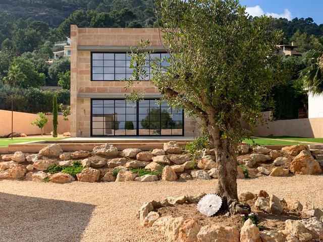 标致的西班牙原木风石屋 第2张图片