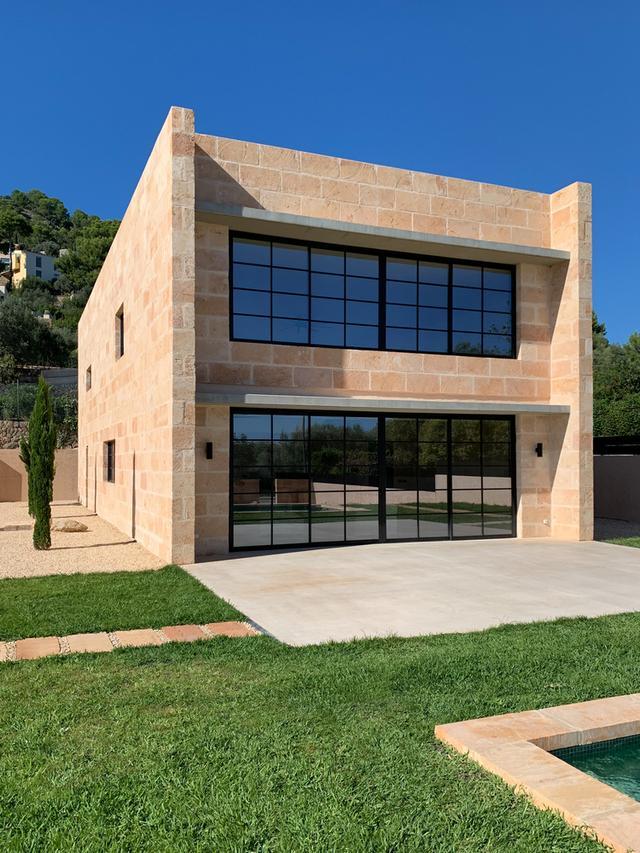 标致的西班牙原木风石屋 第4张图片