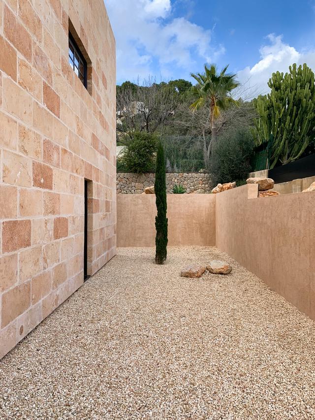 标致的西班牙原木风石屋 第5张图片