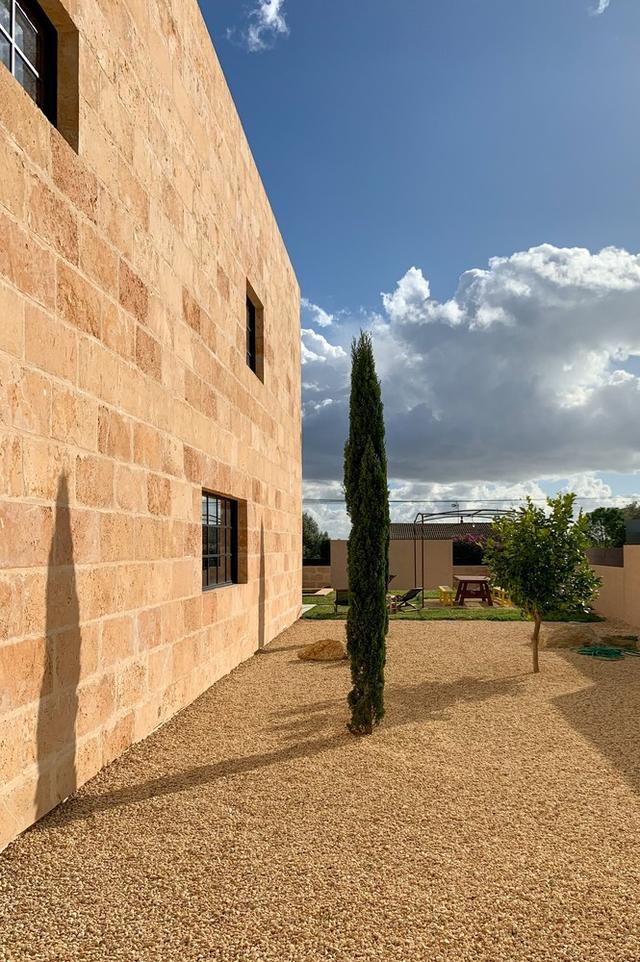 标致的西班牙原木风石屋 第6张图片