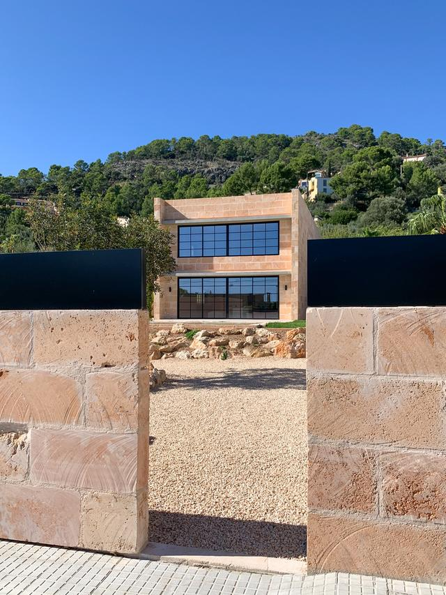 标致的西班牙原木风石屋 第7张图片