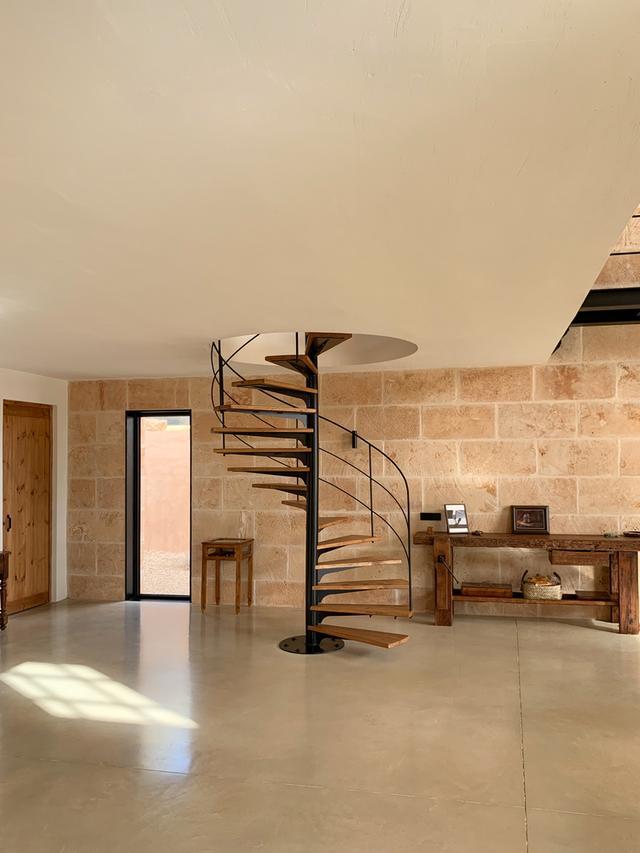 标致的西班牙原木风石屋 第12张图片