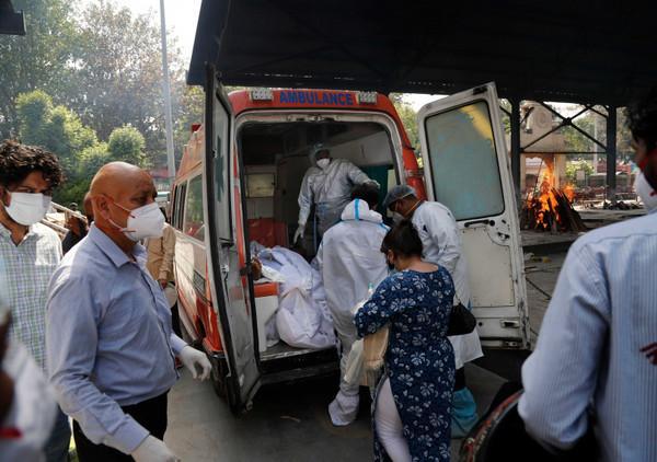 日增40万!大街飘焚尸味,医院火灾烧活人,印度疫情恐拖垮天下 第3张图片