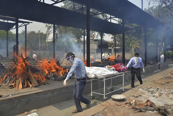 日增40万!大街飘焚尸味,医院火灾烧活人,印度疫情恐拖垮天下 第17张图片