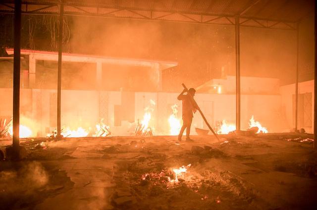 日增40万!大街飘焚尸味,医院火灾烧活人,印度疫情恐拖垮天下 第34张图片