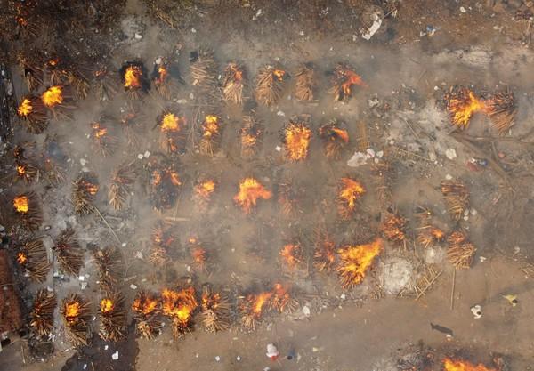 日增40万!大街飘焚尸味,医院火灾烧活人,印度疫情恐拖垮天下 第38张图片
